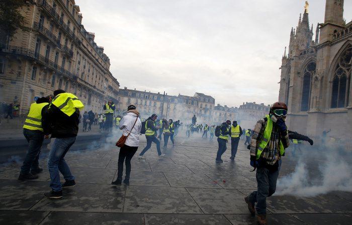 Gilet gialli in Francia, Parigi stoppa Trump: