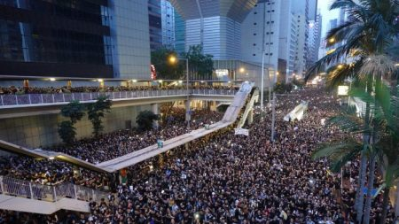 Hong Kong, Carrie Lam si scusa ma i manifestanti vanno avanti