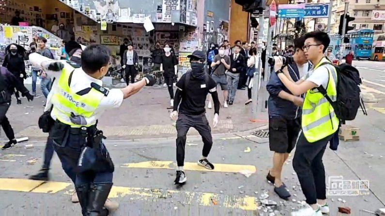 Hong Kong: la polizia spara contro i manifestanti, due i feriti