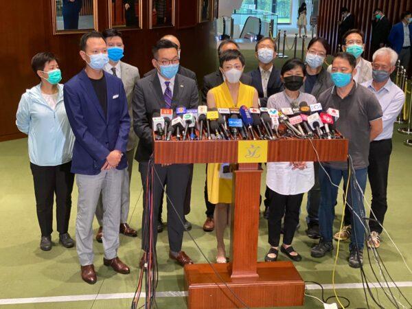 I parlamentari di Hong Kong favorevoli alla democrazia tengono una conferenza stampa a Hong Kong, il 28 maggio 2020. In prima fila, da sinistra verso destra: Dennis Kwok, Alvin Yeung, Tanya Chan, Claudia Mo e Wu Chi-wai. (Xiao Long/The Epoch Times)