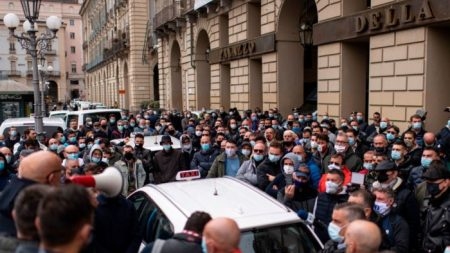 Dpcm, molte attività commerciali a rischio. Manifestazioni in tutta Italia