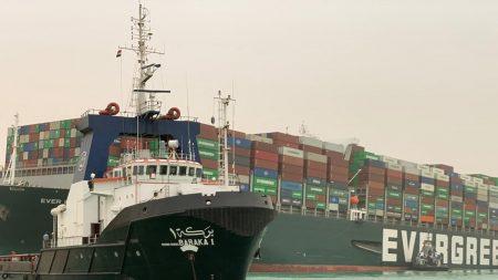 Enorme nave 'spiaggiata' blocca il canale di Suez