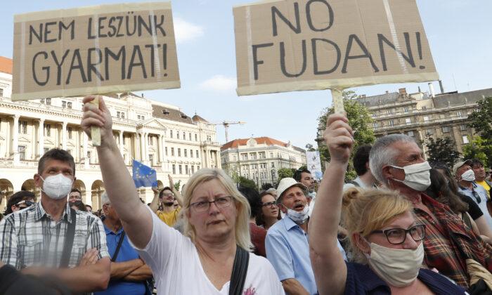 Il governo ungherese 'a braccetto' con la Cina, proteste contro l'università cinese voluta da Orbán