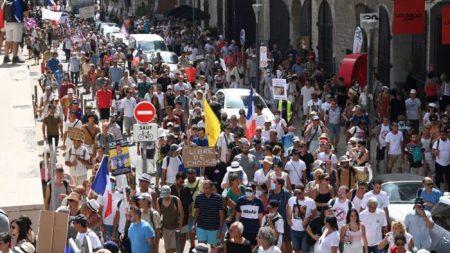 «Riprenditi il tuo pass»: proteste di massa contro i passaporti vaccinali in Francia