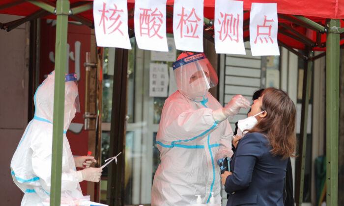 Grande città cinese in lockdown totale: «I giorni bui sono tornati».