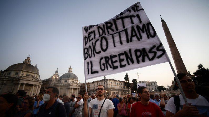 Proteste no Green pass, idranti sulla folla a Roma. Frange estreme attaccano sede Cgil
