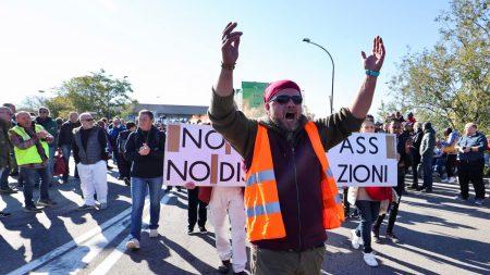 Trieste, polizia reprime il dissenso dei portuali tra manganelli e scudi, idranti e lacrimogeni